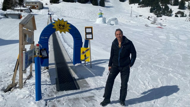 Marco Fasciati dals Implants da Sport da Beiva en il paradis d'ir cun skis d'uffants.
