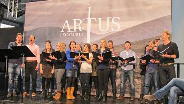 Der Chor probt für das Musical Artus.