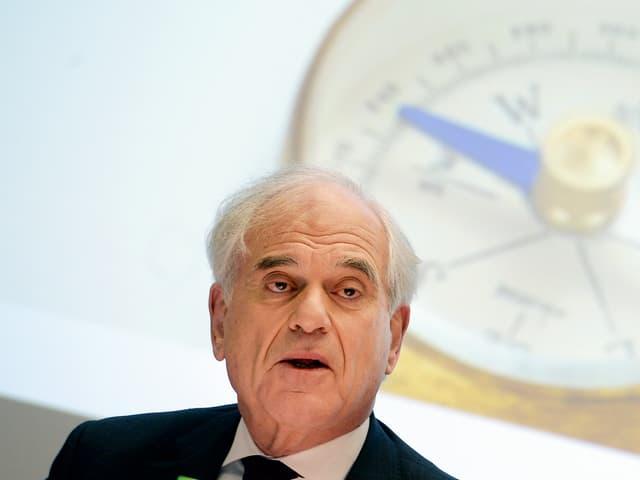 Ein Mann hinter einem Kompass.