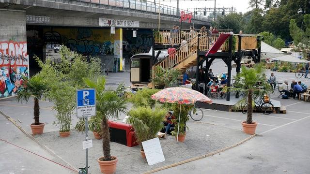 Pflanzen und eine Bar auf dem Platz