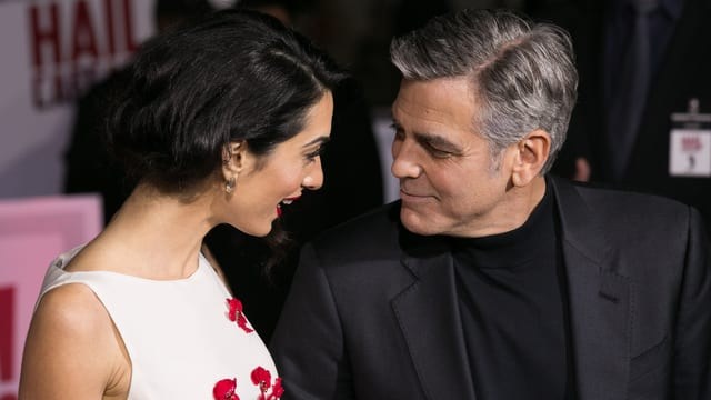 Amal schaut George Clooney verliebt an