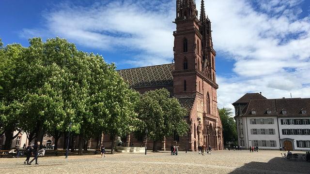 Platz mit grosser, roter Kirche (Münster).