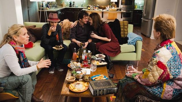 5 Menschen (4 Frauen und 1 Mann) sitzen rund um einen Clubtisch und reden miteinander.