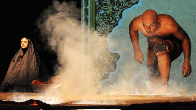 Ein Mann steigt im Trockeneisnebel auf die Bühne.