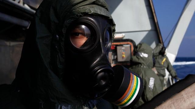 Ein Mann unter einer Gasschutzmaske