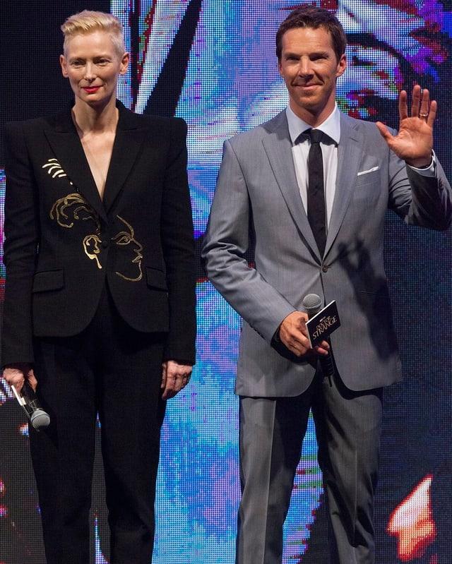 Tilda Swinton und Benedict Cumberbatch posieren in Hong Kong für Photographen.