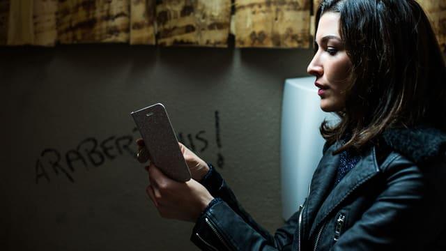 Eine Frau am Smartphone.