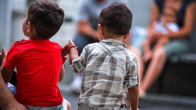 Zwei kleine Jungen im Empfangszentrum