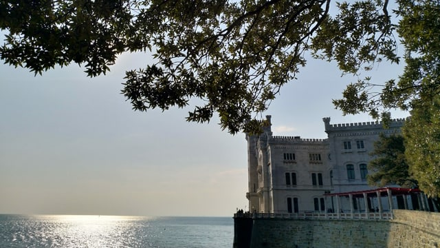Ein Schloss direkt am Meer.