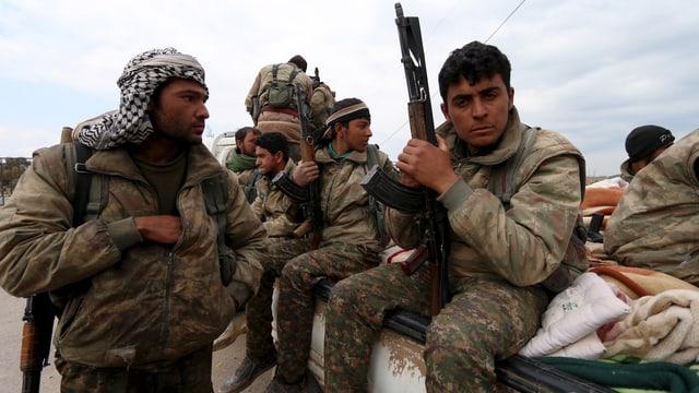 Bewaffnete YPG-Kämpfer