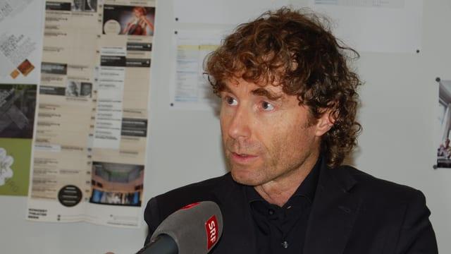 Marcel Brülhart spricht in ein SRF-Mikrofon.