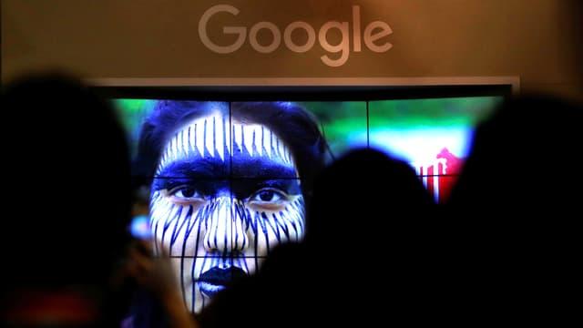 Google-Werbeanzeige mit den Silhouetten vieler Betrachter davor.