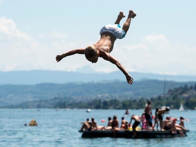Sprung in den Zürichsee in der Badi Mytenquai: Einer von über einer Million Badegästen in dieser Saison.