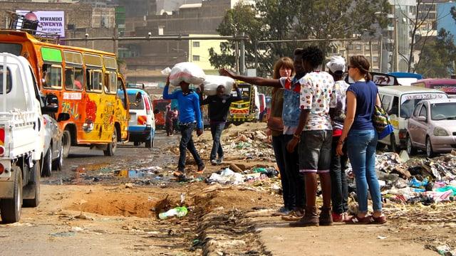 Jugendliche führen Touristen durch den Slum von Nairobi.