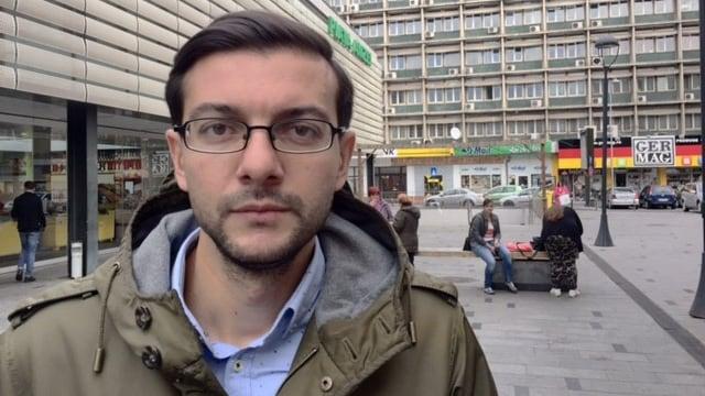 Aktivist Claudiu Craciun mit Jacke und Brille steht in einer Einkaufsstrasse