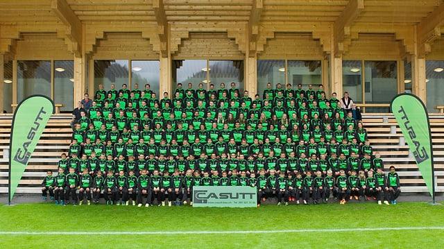 Tuttas las differentas equipas da l'Uniun Sportiva Schluein Glion ensemen cun ils trenaders e gidonters.