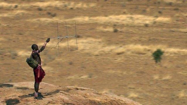 Massai sucht mit Antenne nach Funksignal.