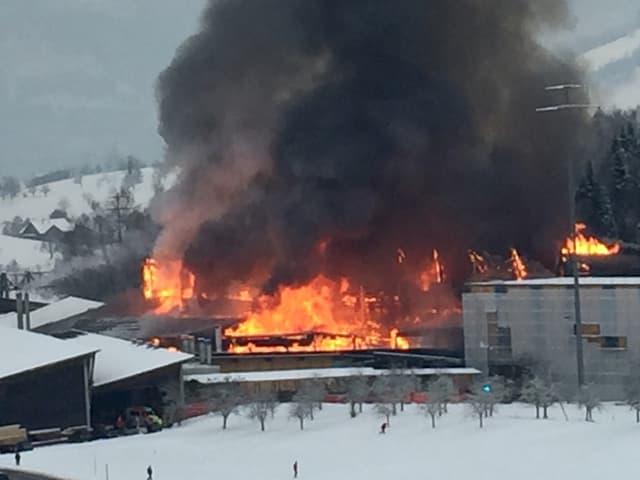 Meterhohe Flammen schlagen aus einem Gebäude.