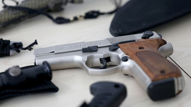 Ina pistola ed autras armas sin ina maisa.