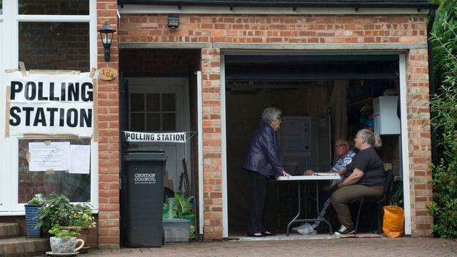 Polling Station in einer Garage.