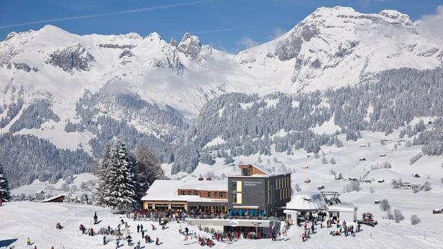 Blick auf das Bergrestaurant bei strahlendem Sonnenschein und viel Schnee.