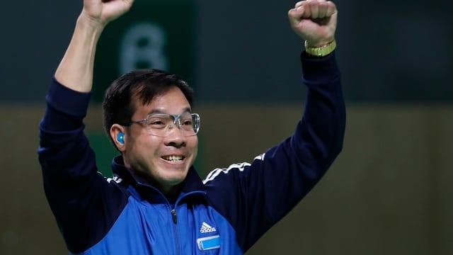 Xuan Vinh Hoang reisst die Arme in die Höhe.