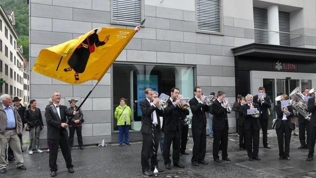 Musicants che sunan sin in plaz, sanestra smaina il bandierel sia bandiera.
