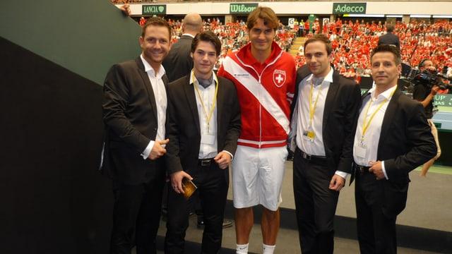 Roger Federer und die vier Sänger von Phenomen.
