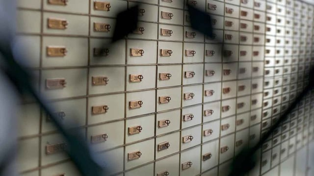 Daners da corrupziun circuleschan savens er sur contos da banca svizzers.