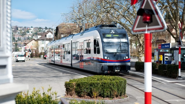 BDWM Zug bei Bahnübergang