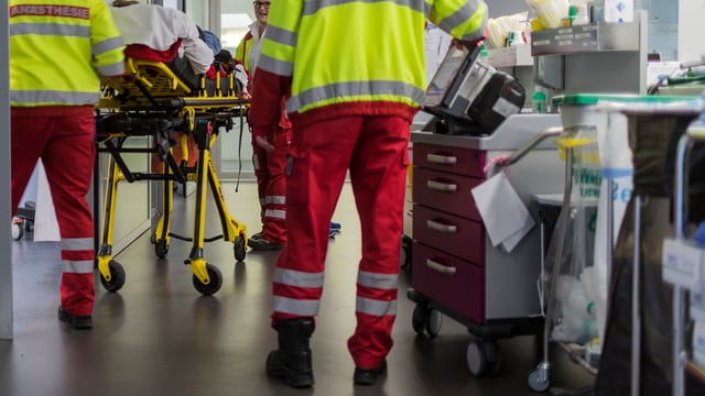 Sanitäter stehen im Gang eines Spitals.