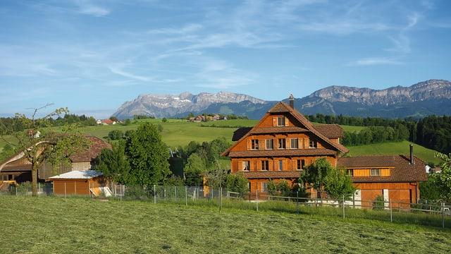 Ein Bauernhof im Mittelland mit Sicht auf den Pilatus