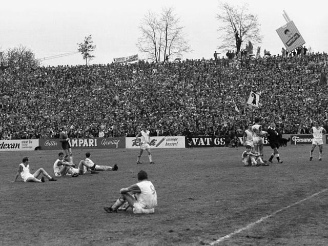 Lausanne-Spieler sitzen auf dem Spielfeld