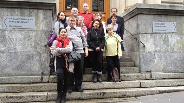 Elf Mieterinnen und Mieter der Wittlingerstrasse posieren vor der Verhandlung auf der Treppe des Zivilgerichts.