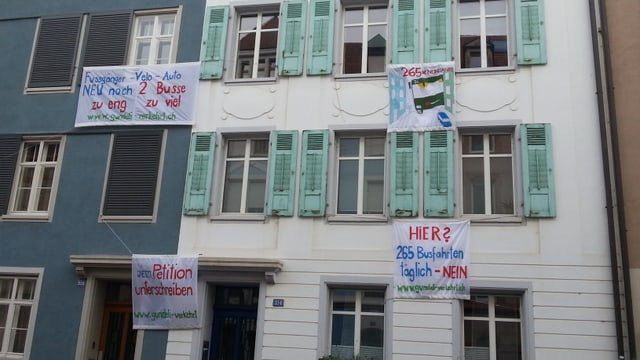 Transparente gegen Verkehrsregime hängen an Haus im Gundeli