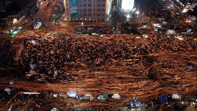 Blick von oben auf südkoreanische Strassen, Menschenmassen.