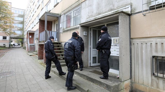 Policists tudestgs avant in'entrada
