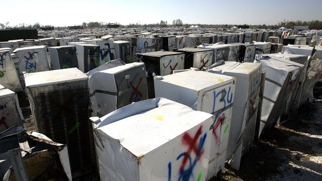 Symbolbild: Hunderte alte Kühlschränke auf einer Deponie.