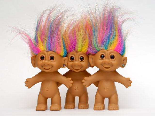 Drei nackte Troll-Puppen mit farbigen Haaren
