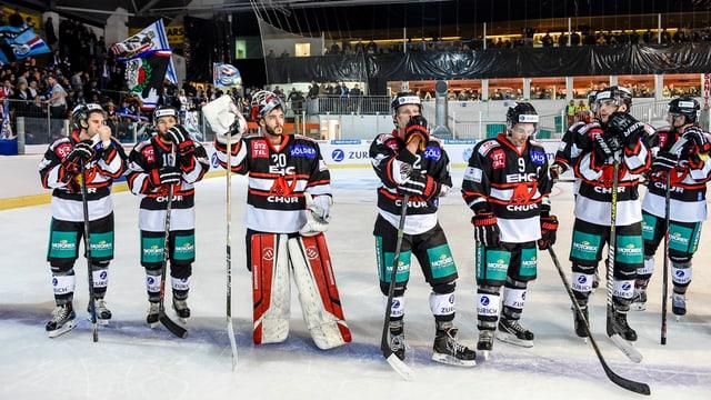 Ein Teil der Mannschaft nach Spielende auf dem Eis.
