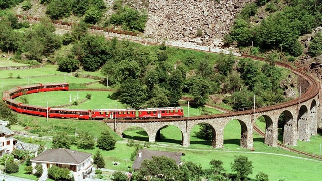 Tren sin il viaduct da spirala a Brusio.