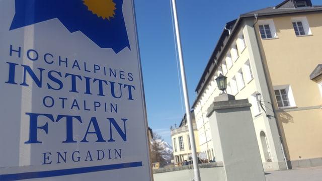 Il logo e la chasa dal Institut Otalpin a Ftan.