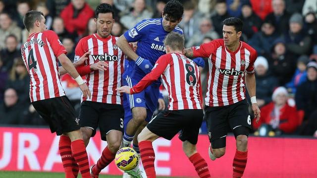 Diego Costa gegen vier Southampton-Spieler.