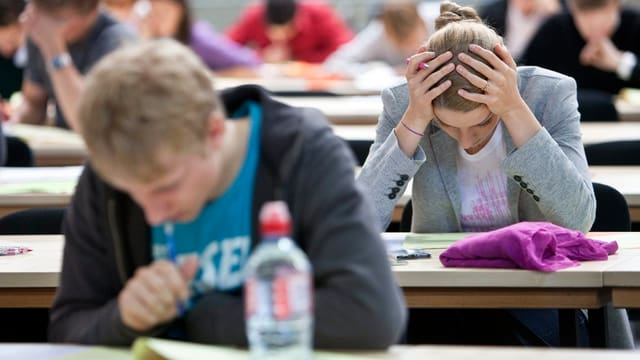 Schülerinnen und Schüler wärend der Prüfung