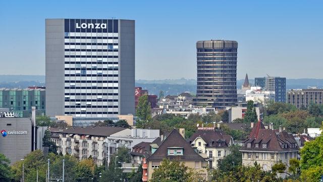 Blick über Basler Stadtteil, prominent im Bild ist das Lonza-Hochhaus.