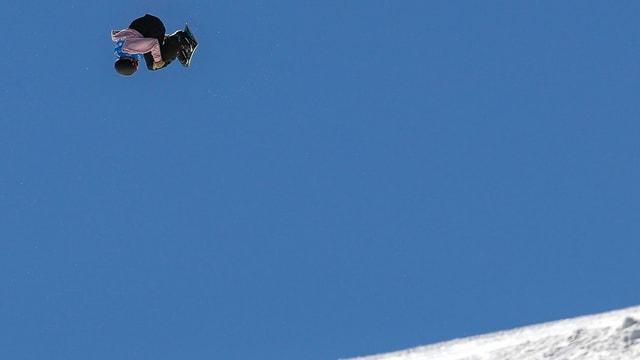 In snowboarder en il tschiel blau.