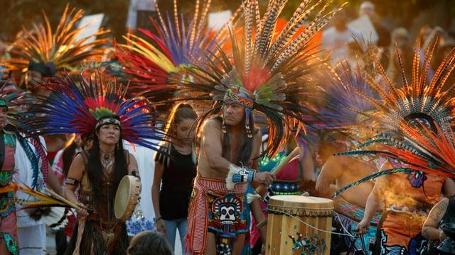 Indianer in traditioneller Kleidung.