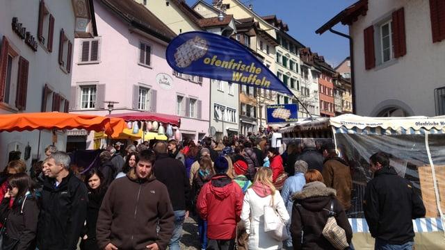 Viele Marktbesucher schlendern durch Bremgarten