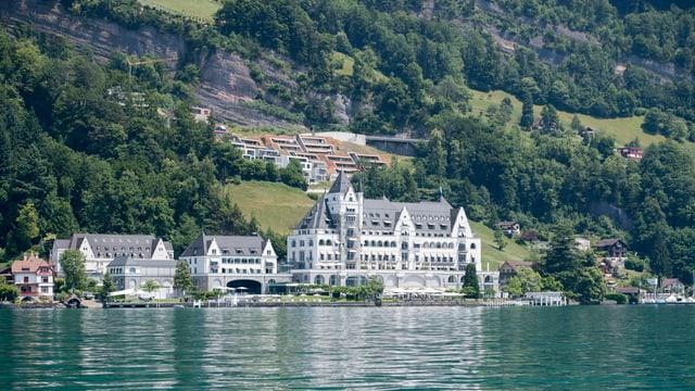 Grosses altes Hotel mit mehreren Gebäuden am See.