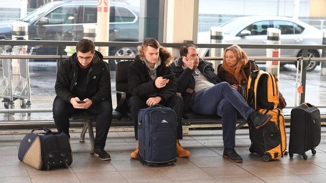 4 passagiers spetgan a l'eroport da Gatwick a Londra sin lur sgols.